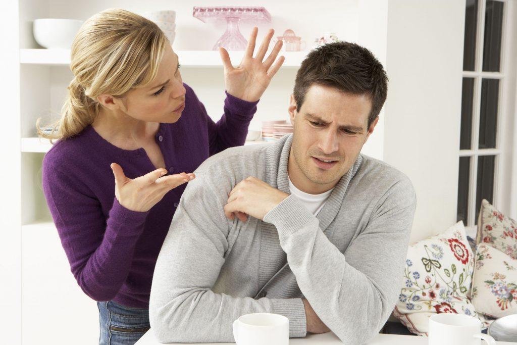 Mulher brigando com homem.