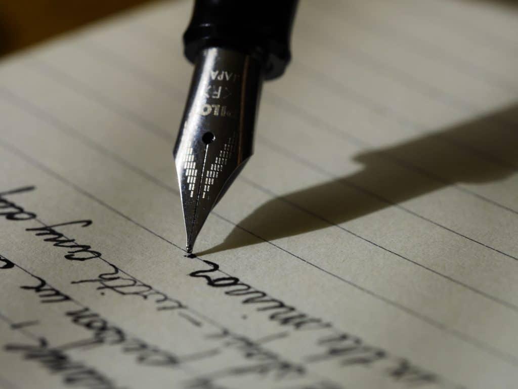 Ponta de caneta em papel escrevendo