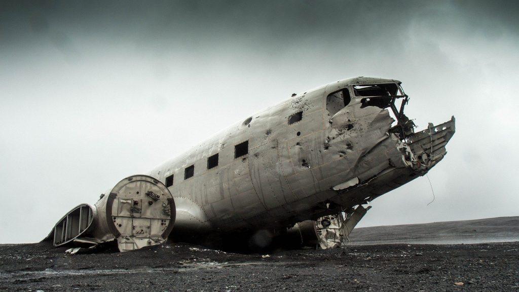 Imagem de um avião destroçado vítima de um acidente.