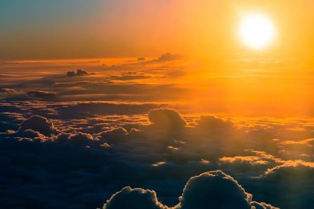 Paisagem de nuvens e sol refletindo