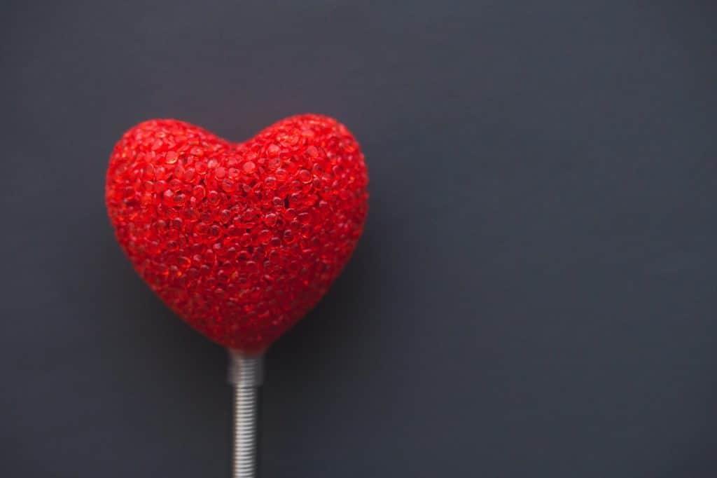 Coração de isopor pintado de vermelho.