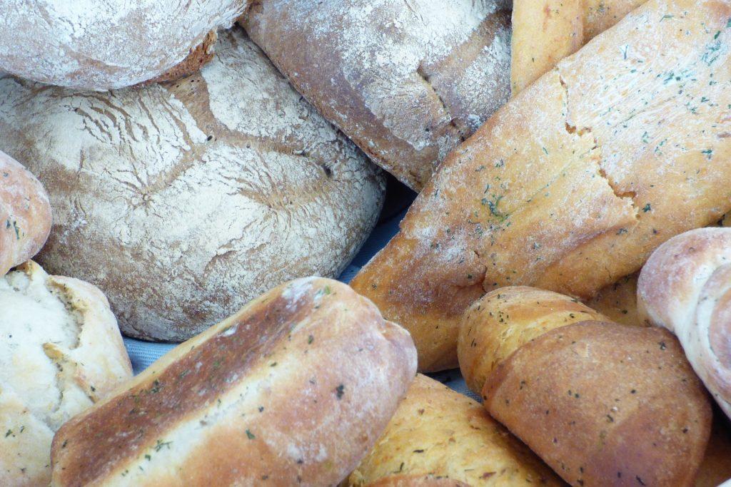 Vários tipos de pães integrais no sabor de cenoura.