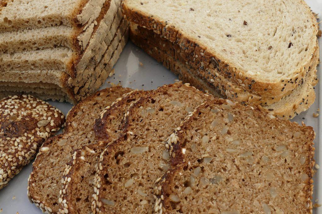 Vários tipos de pão integral de forma já fatiados.