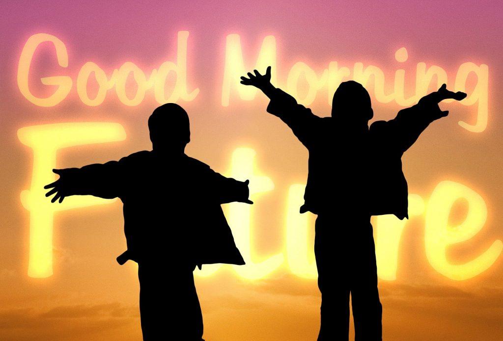 Silhueta de duas crianças entusiasmadas. Ambas estão com os braços erguidos olhando para um painel de lead com os dizeres: Bom dia, futuro.