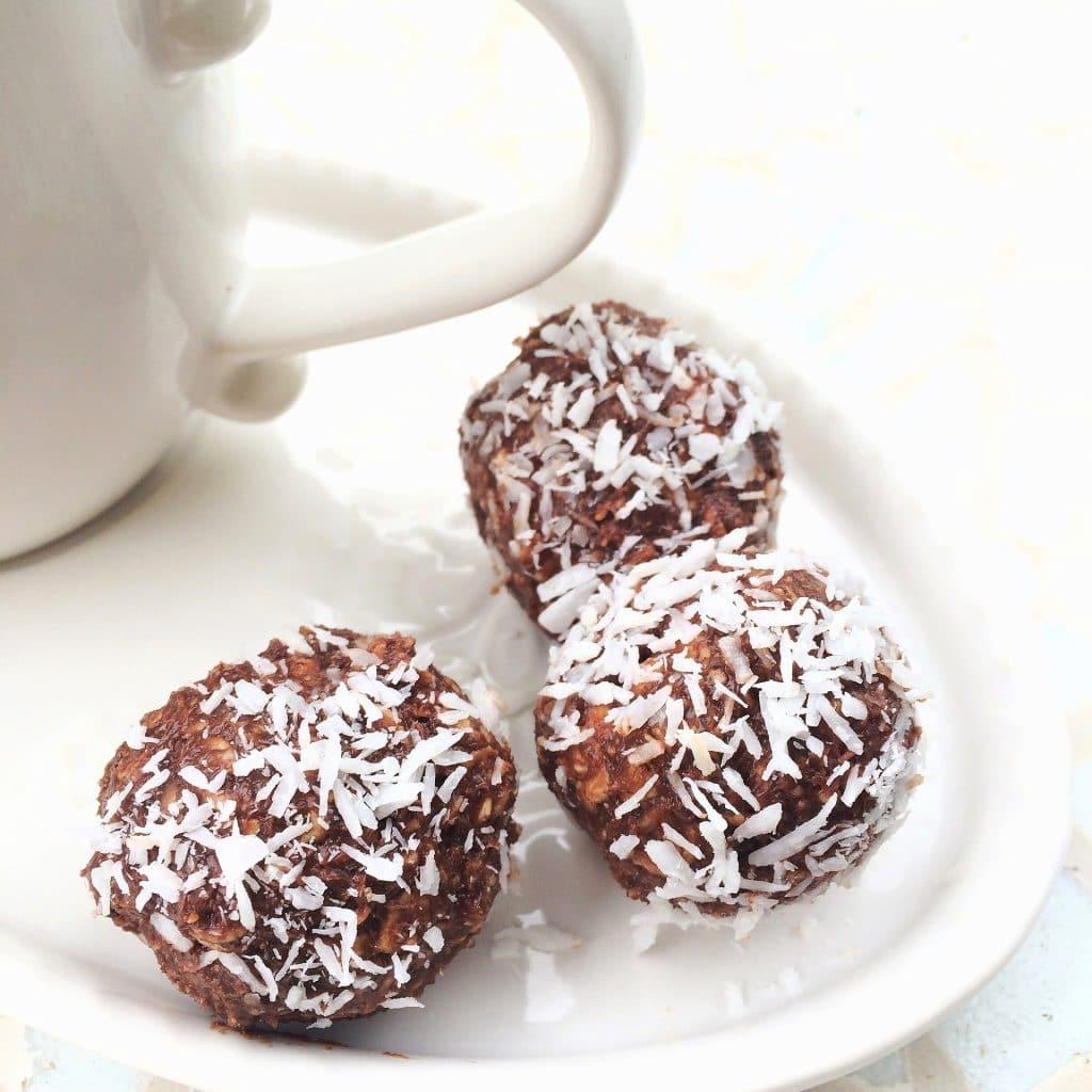 Bolinhas de bolo de chocolate feito na caneca. Eles estão dispostos sobre um prato de porcelana branco.