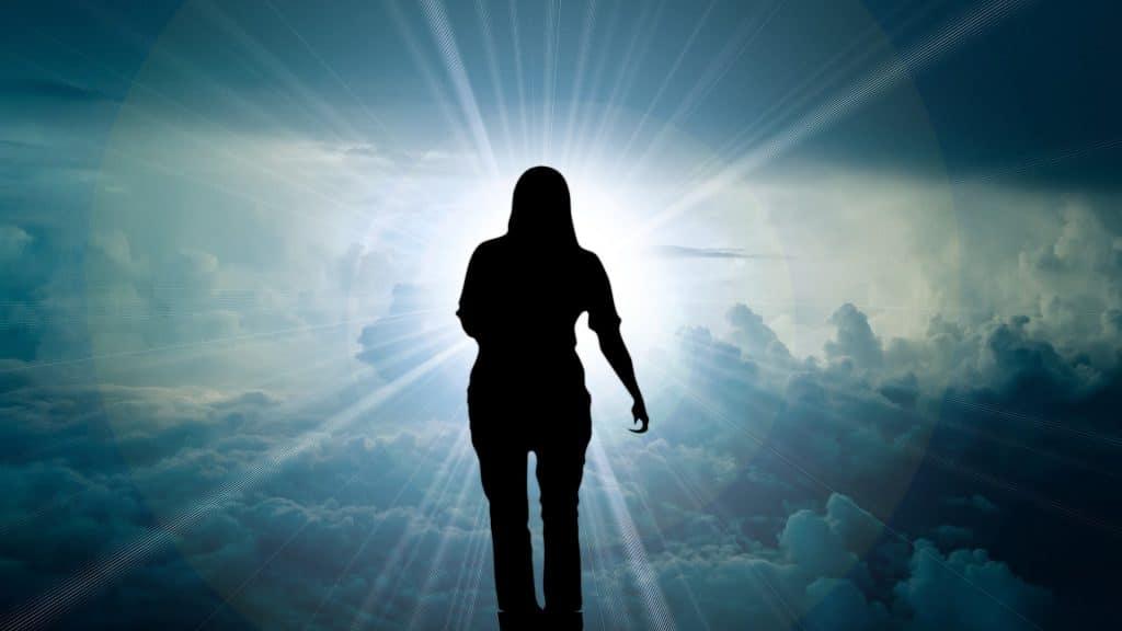 Silhueta de um espírito feminino entre as nuvens do céu.