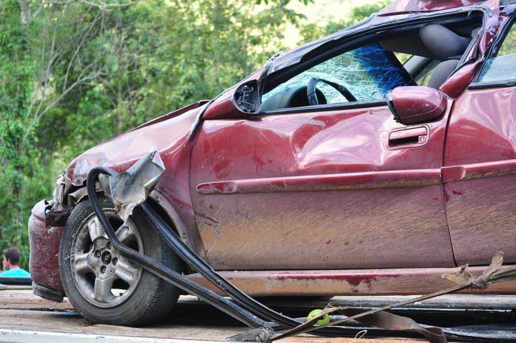 Imagem de um carro batido mediante um acidente de trânsito, porém sem vítimas.
