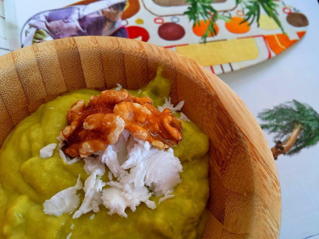 Creme de abacate servido para sobremesa, decorado com nozes e creme de coco.