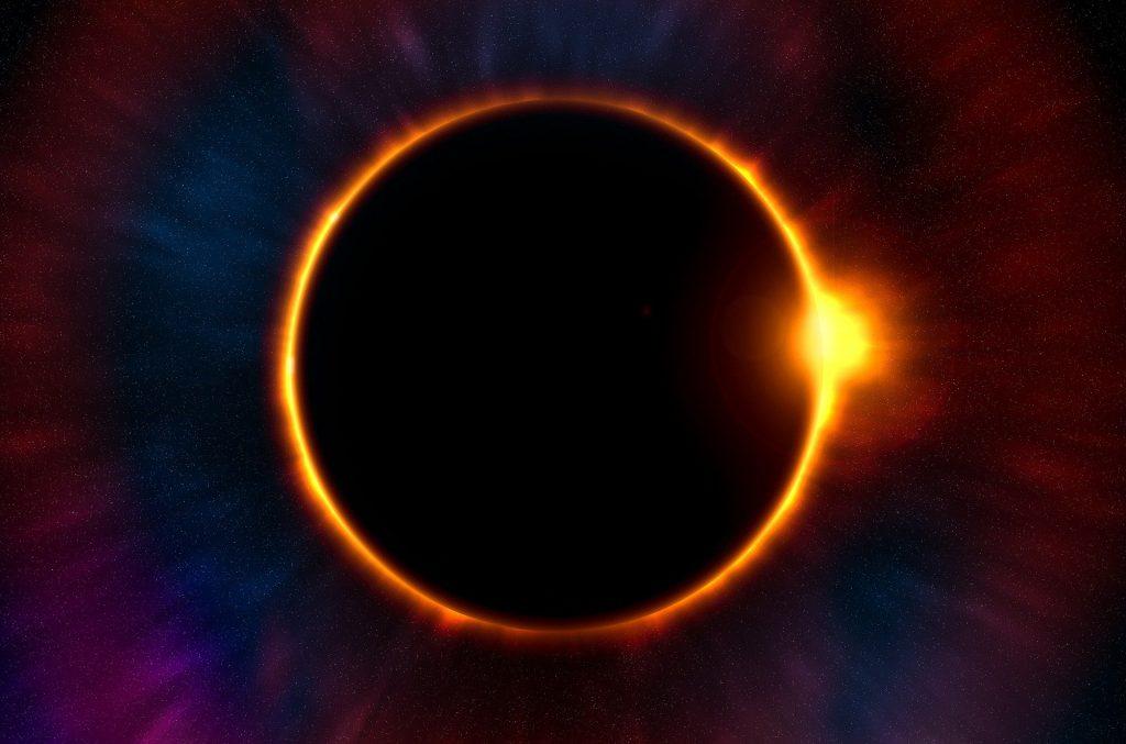 Imagem do eclipse lunar. A imagem é escura e a lua está dourada,