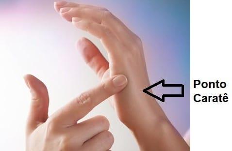 Uma mão tocando em um ponto da outra mão.