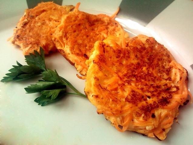 Três galettes de cenoura se sobrepondo em um prato.