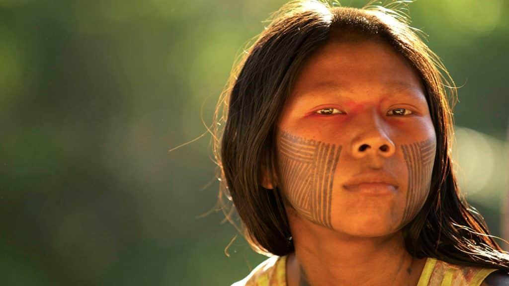 Mulher indígena olhando para frente
