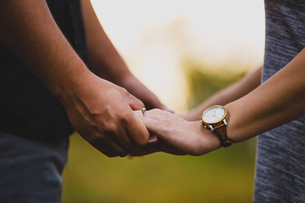Casal juntando as mãos.