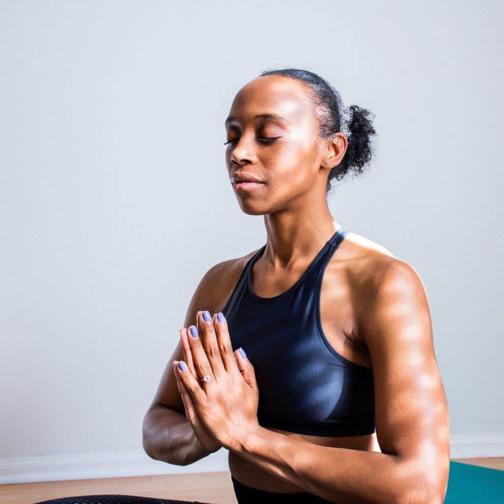 Mulher praticando a meditação.