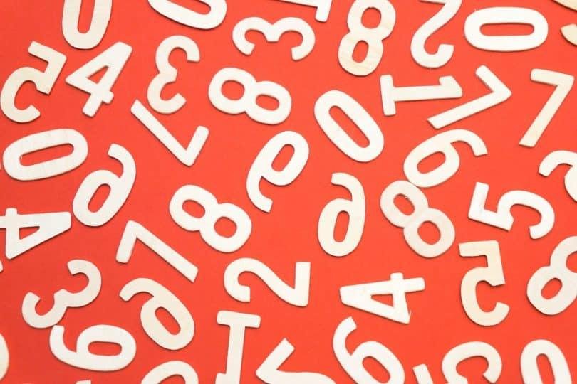 Números brancos num fundo laranja.