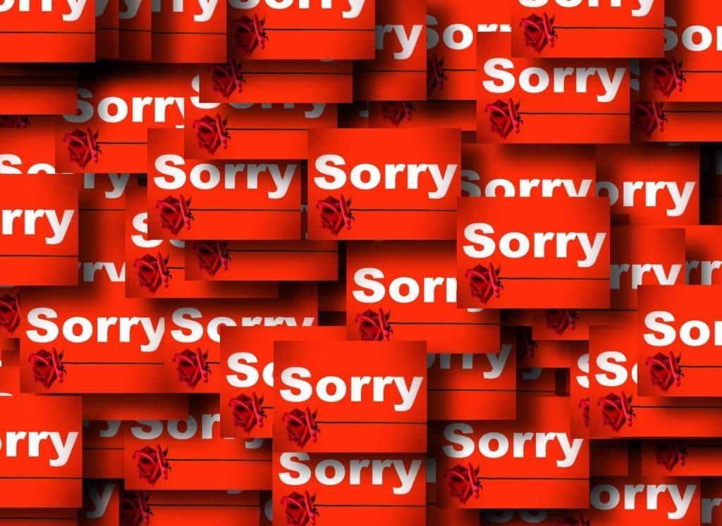 Imagem de vários cards com a palavra descupe escrita em inglês: Sorry. Os cards são vermelhos e a palavra Sorry está escrito em branco. Também tem uma rosa contemplando a imagem do card.