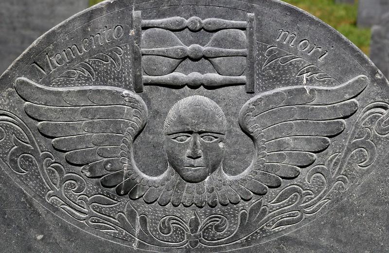 """Lápide em cemitério com os dizeres """"Memento mori""""."""