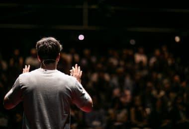 Homem de costas falando em público