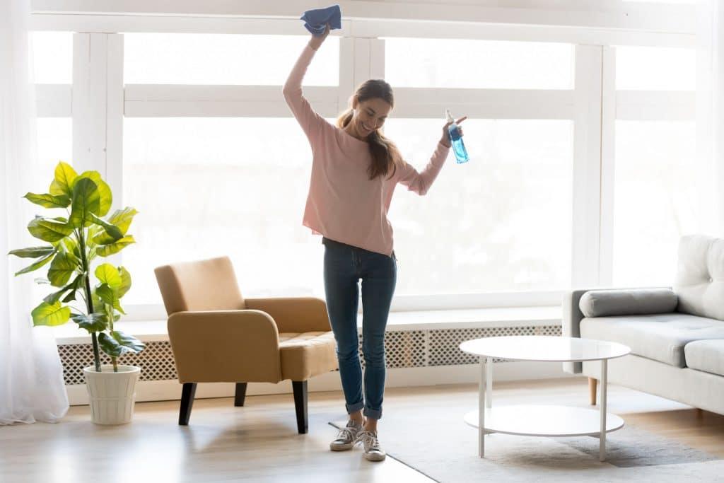 Mulher limpando a casa enquanto dança