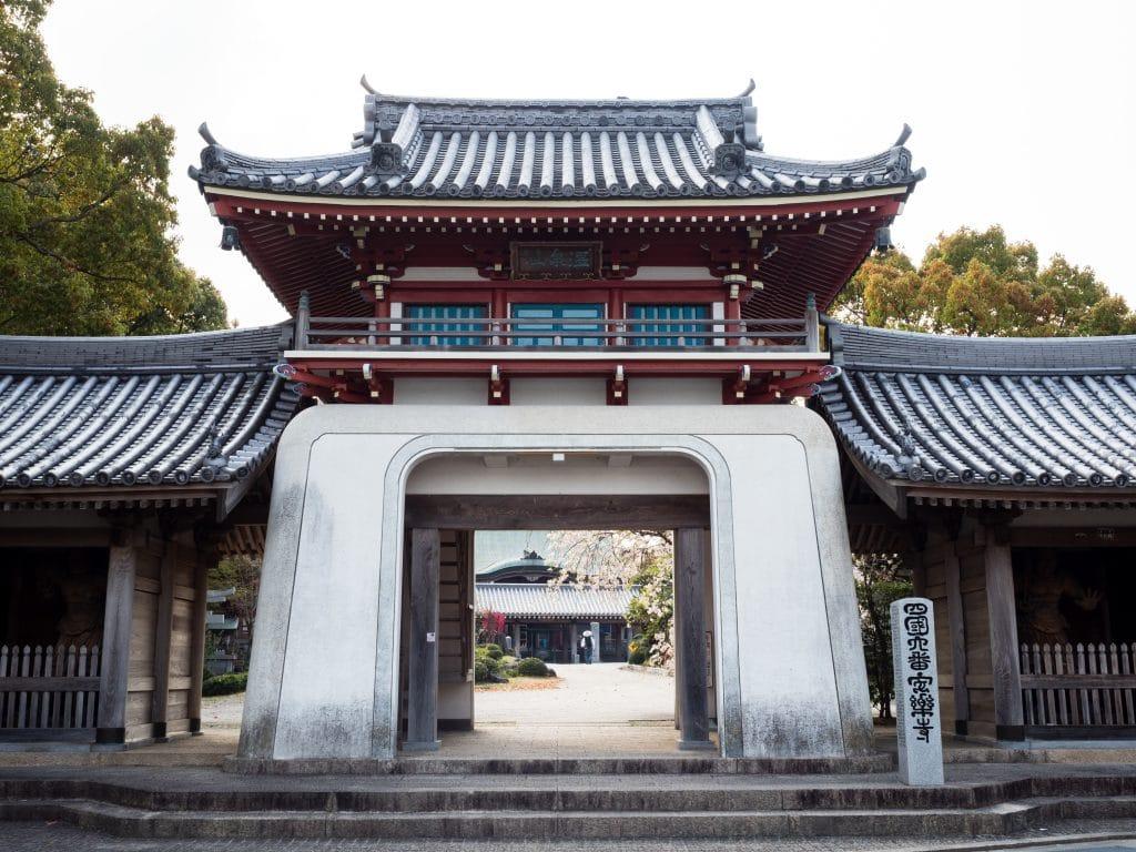 Entrada de um templo muito grande e bonito no Japão.