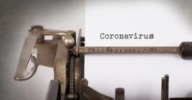 Coronavírus escrito em papel com uma máquina de escrever.