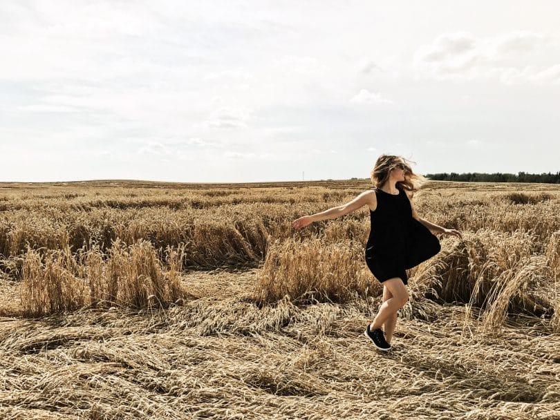 Mulher dançando em um campo