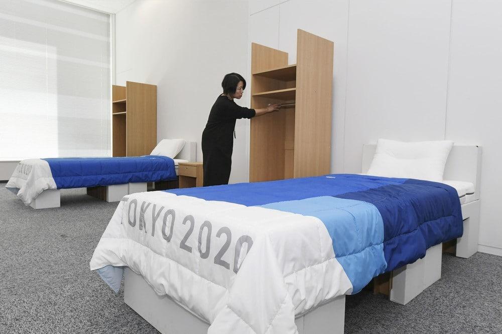 Quarto da Vila Olímpica com duas camas de papelão, e dois armários.