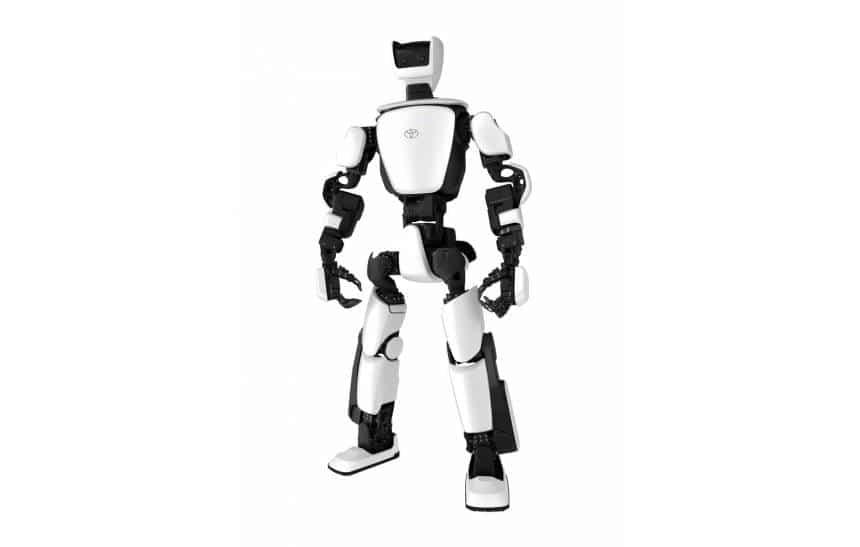 O robô T-HR3, todo em branco e preto, com tamanho e estrutura de um homem adulto.