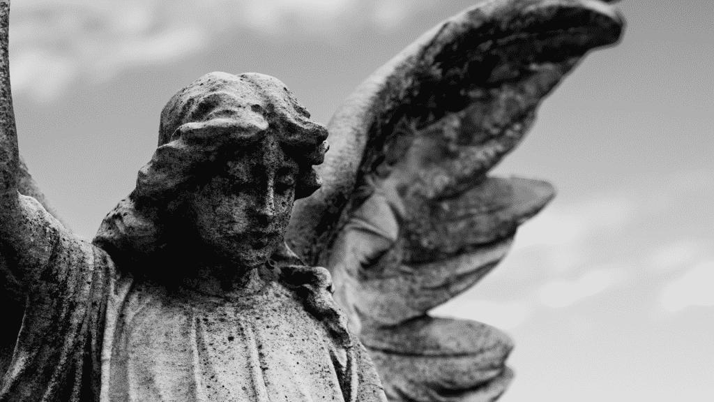 Estátua de anjo em sepultura
