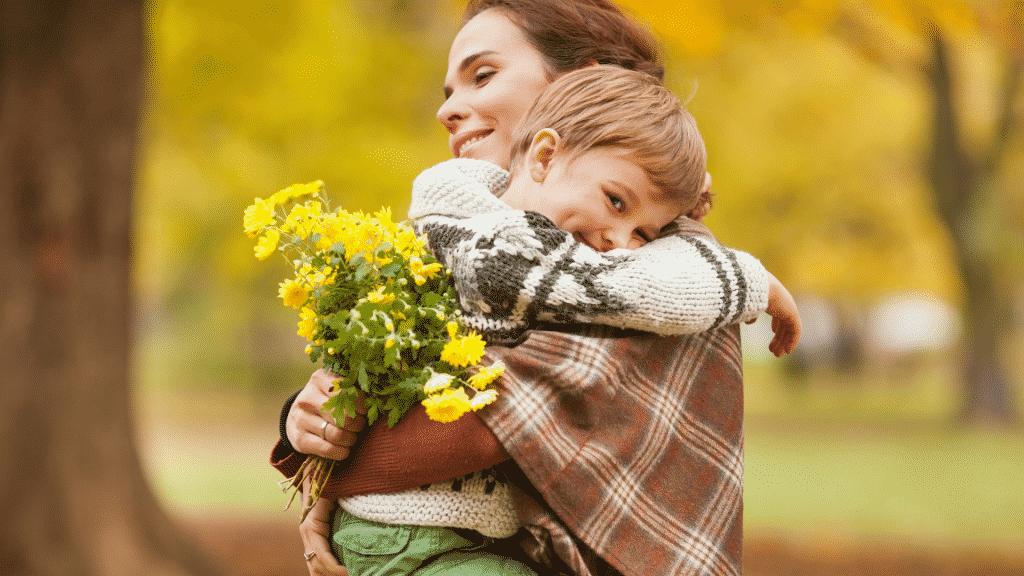 Mãe e filho abraços segurando flores