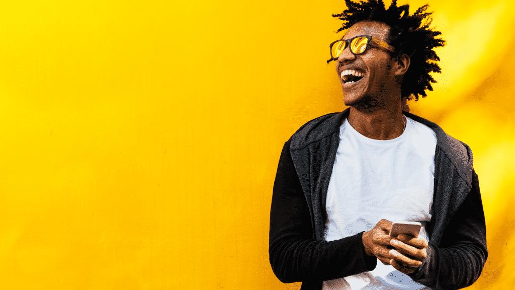 Homem sorrindo usando óculos escuros