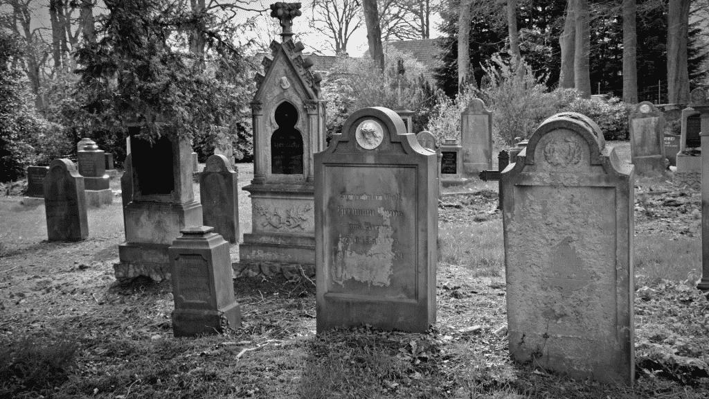 Imagem de sepulturas em cemitério