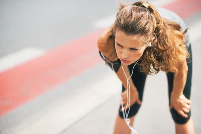 Mulher cansada após correr