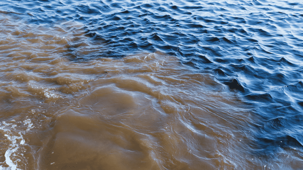 Água do mar limpa se tornando suja