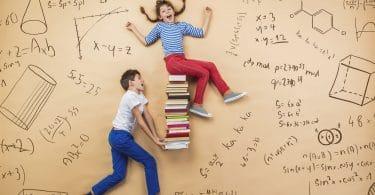 Criança segurando pilhas de livros com uma criança no topo