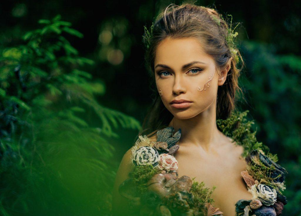 Mulher vestida como a deusa da primavera, a deusa Ostara.