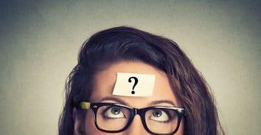 Mulher pensando com um papel em sua testa com uma interrogação