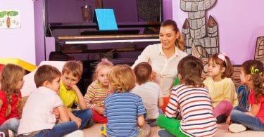 Grupo de crianças ouvindo professora contar história.