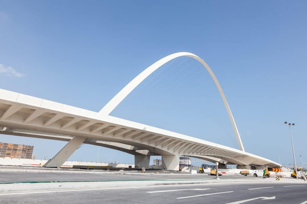 Construção contemporânea  de uma extensa e grande ponte localizada na estrada em Lusail, em Doha, Catar.