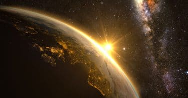 Imagem espacial do planeta Terra, com o sol nascendo no continente europeu.