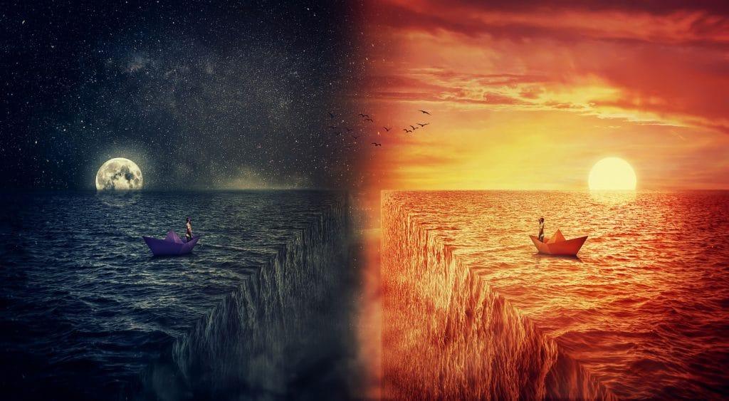 Metade esquerda da imagem mostra um rio terminando em cachoeira em direção ao centro da imagem, uma lua no horizonte, e um barco de papel com um homem dentro. A outra metade mostra a mesma imagem mas espelhada e durante o dia, com o sol no horizonte.