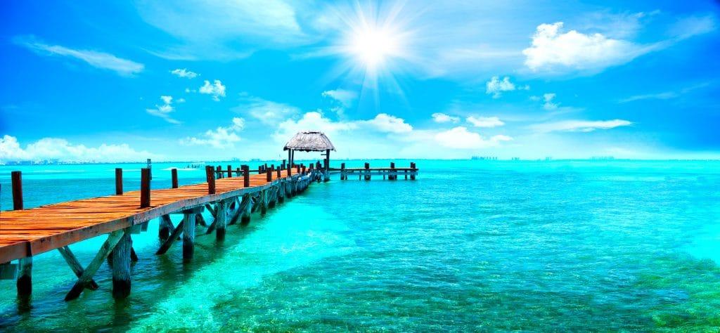 Pier em uma praia de águas cristalinas.