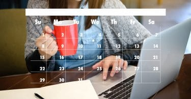 Mulher trabalhando com uma xícara de café, com um calendário à frente.
