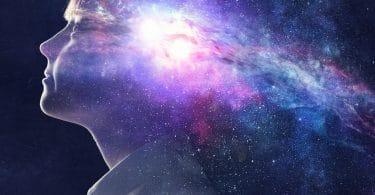 Pessoa com universo em sua mente