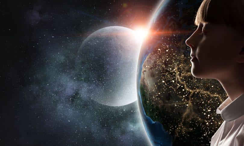 Mulher com os olhos fechados ao lado do planeta