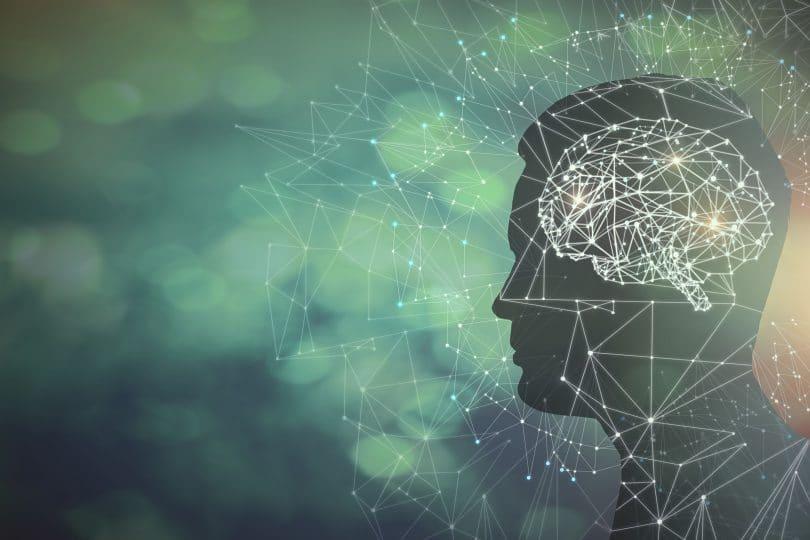 Ilustração de um rosto de perfil com o cérebro desenhado.