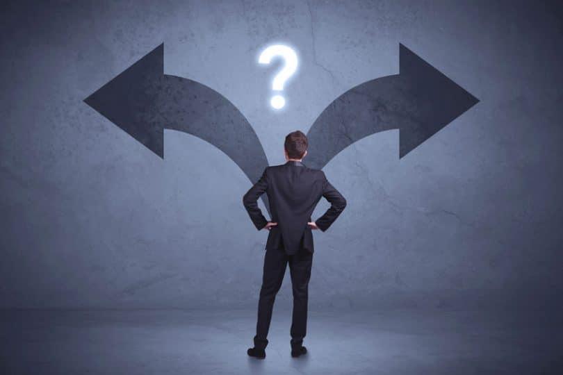 Homem de costas com duas flechas de escolhas e ponto de interrogação