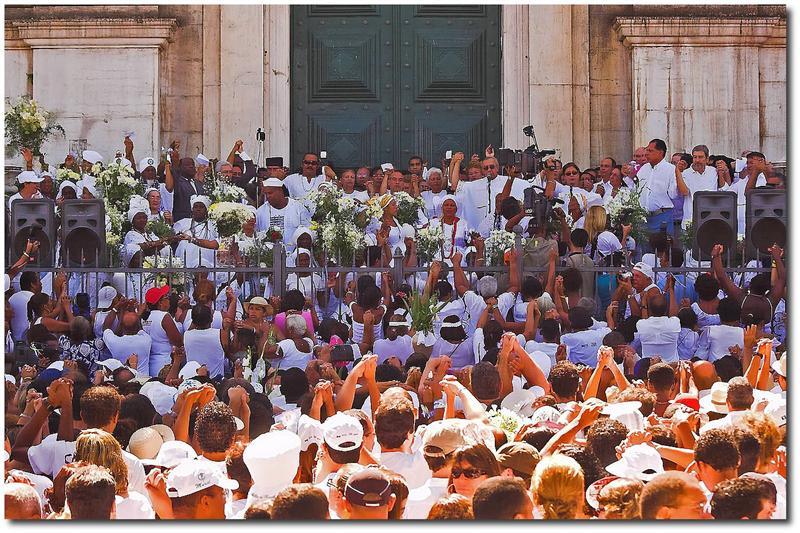 Multidão reunida em frente da Igreja Nossa Senhora do Bonfim, enquanto rezam a missa.