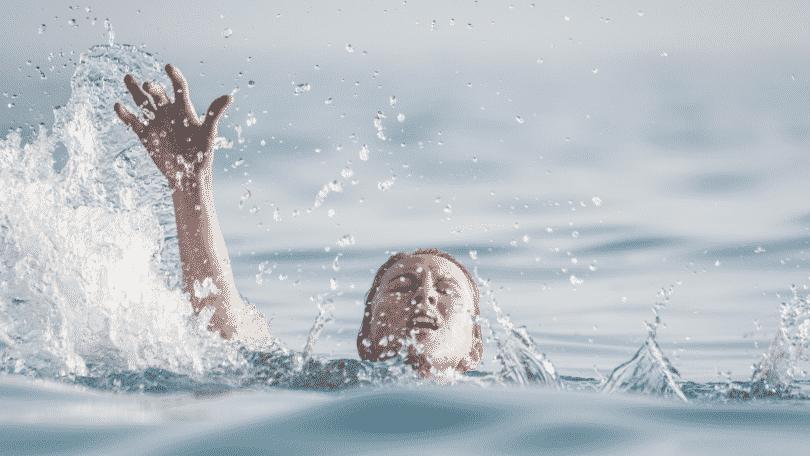 Imagem de uma mulher se afogando