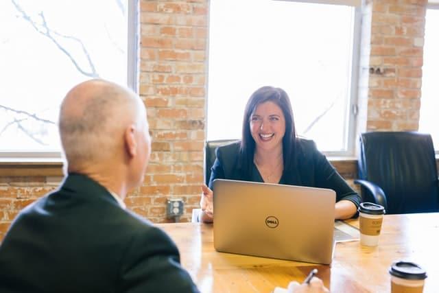 Mulher sorrindo trabalhando em usa mesa